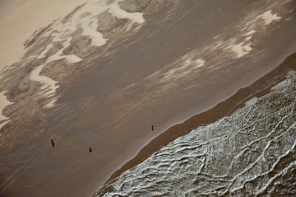 Nederland, Zuid-Holland, Katwijk, 12-05-2009; Wandelaars op het strand, golven en branding.Swart collectie, luchtfoto (toeslag); Swart Collection, aerial photo (additional fee required).foto Siebe Swart / photo Siebe Swart