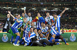 18-05-2011 VOETBAL: EUROPA LEAGUE FINAL FC PORTO - CLUBE DE BRAGA: DUBLIN<br /> FC Porto players celebrate with the Europa Cup<br /> *** NETHERLANDS ONLY***<br /> ©2011-FotoHoogendoorn.nl/ EXPA/M. Atkins