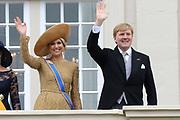 Prinsjesdag 2013 Koning Willem-Alexander en koningin Máxima groeten het publiek vanaf het bordes van Paleis Noordeinde.<br /> <br /> Budget Day 2013 King Willem-Alexander and Máxima queen greet the crowd from the balcony of Noordeinde Palace.