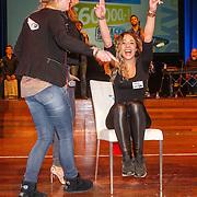 NLD/Bussum/20151106 - Sky Radio's 60 Dagen Superprijzen stoelendans actie, Quinty Trustfull - van den Broek en winnares Mandy Roodenburg en scheidsrechter Dirk Jol