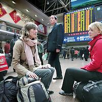 China,Beijing ,maart 2008..Buitenlandse reizigers tussen de Chinezen op het station van Beijing.