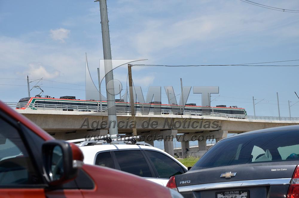 Toluca, México.- (Junio 12, 2017).- Durante la mañana de este lunes se realizaron las primeras pruebas de operación del Tren Interurbano México-Toluca, para automovilistas y peatones fue una sorpresa verlo. Agencia MVT / José Hernández.