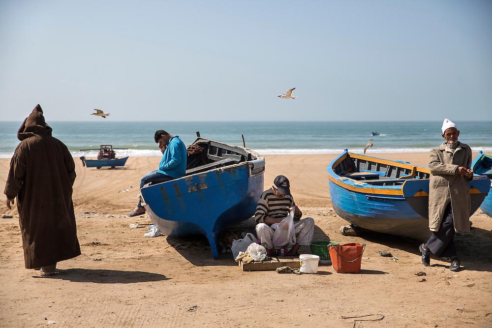 Scène de vie sur la plage d'où partent les pêcheurs