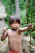 Indígenas emberá / comunidad indígena emberá, Panamá.<br /> <br /> Niño indígena jugando a cazar.