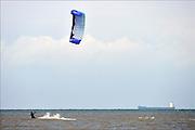 Nederland, Scheveningen, 16-9-2012 Kitesurfer in zee, noordzee op een dag met veel wind. Aan de horizon vaart een tanker, tankschip.Foto: Flip Franssen/Hollandse Hoogte