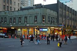 Por todas as partes em que se caminha por Auckland é possível presenciar os traços da colinização inglesa. Na Queen Street, principal rua do centro da cidade, prédios identificam estes traços. FOTO: Lucas Uebel/Preview.com