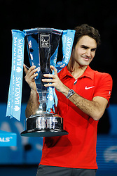 22.11.2010, Marriott Country Hall, London, ENG, ATP World Tour Finals, im Bild Federer, Roger (SUI), Celebrate, Jubel, with the Trophy, Pokal. EXPA Pictures © 2010, PhotoCredit: EXPA/ InsideFoto/ Semedia +++++ ATTENTION - FOR AUSTRIA/AUT, SLOVENIA/SLO, SERBIA/SRB an CROATIA/CRO CLIENT ONLY +++++