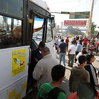 LOS REYES LA PAZ, Mexico.- Transportistas de la Ruta 83 del Estado de México, bloquearon la carretera Los Reyes- Texcoco a la altura del Kilómetro 25, los choferes del transporte Público demandan más vigilancia en la ruta, ya hay muchos asaltos arriba de sus unidades, compañeros de los mismos han ´perdido la vida a manos de la delincuencia. Agencia MVT. Juan García. (DIGITAL)