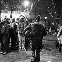 samedi 31 décembre 2016, 23h32, Paris XVIII. Légionnaire du 2ème Régiment Etranger d'Infanterie patrouillant en haut de la butte Montmartre tandis que parisiens et touristes s'apprêtent à fêter la nouvelle année. <br /> <br /> Découvrir le livre Sentinelles, ils veillent sur Paris http://www.editionspierredetaillac.com/nos-ouvrages/catalogue/beaux-livres/sentinelles-ils-veillent-sur-paris