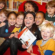 NLD/Amsterdam/20151110 - Boekpresentatie Sinterklaasboeken geschreven door Bn-ers, Kim-Lian van der Meij leest voor aan kleine kinderen