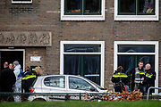 De politie doet onderzoek in een woning aan de Laan van Engelswier in Utrecht. Op de hoek is de vluchtauto aangetroffen van de mogelijke dader van de schietpartij in de tram.