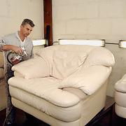 Spuiten van leren meubelen bij Marco Leer Argonstraat 166 Zoetermeer