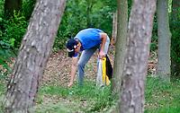 OOSTERHOUT - Nationaal Open 2010 heren op de Oosterhoutse Golf.  Winnaar werd Daan Huizing, die de ligging van zijn bal bekijkt. COPYRIGHT KOEN SUYK