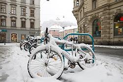 22.02.2018, Hauptplatz, Graz, AUT, Schneefall in Graz, im Bild verschneite Fahrräder am Hauptplatz vor dem Schloßberg mit Uhrturm, EXPA Pictures © 2018, PhotoCredit: EXPA/ Erwin Scheriau
