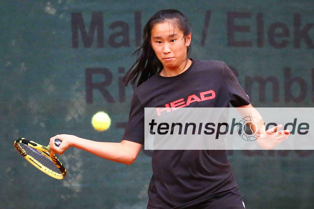 Tennis, Weiß-Rot Cup 2021, Halbfinale Damen am 24.09.21, Julia Zhu (Tennis-Club SCC Berlin) vs. Hannah Pieper (TV Frohnau), Julia Zhu (Tennis-Club SCC Berlin) spielt den Ball mit ihrer Vorhand, Foto: Michael Hundt