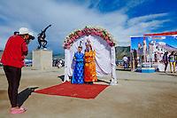Mongolie, province de Zavkhan, Uliastay, la fete du Naadam, studio photo en plein air // Mongolia, Zavkhan province, Uliastay, photo studio