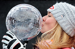 18.03.2018, Aare, SWE, FIS Weltcup Ski Alpin, Finale, Aare, Gesamt Weltcup, Damen, Siegerehrung, im Bild Mikaela Shiffrin (USA, Riesenslalom Weltcup 3. Platz, Slalom Weltcup und Gesamt Weltcup 1. Platz) mit ihren Olympia Medaillen und küsst Ihre grossen Kristallkugel // Overall World Cup winner Slalom World Cup winner and Giant Slalom World Cup third placed Mikaela Shiffrin of the USA with her olympic medals and kiss the crystal globe during the allover winner Ceremony for the ladie's Worlcup of FIS Ski Alpine World Cup finals in Aare, Sweden on 2018/03/18. EXPA Pictures © 2018, PhotoCredit: EXPA/ Johann Groder