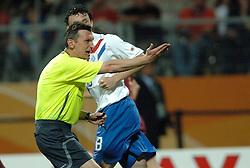 25-06-2006 VOETBAL: FIFA WORLD CUP: NEDERLAND - PORTUGAL: NURNBERG<br /> Oranje verliest in een beladen duel met 1-0 van Portugal en is uitgeschakeld / Scheidsrechter IVANOV Valentin (RUS) was helemaal de weg kwijt. Hij gaf maar liefst 16 gele en 4 rode kaarten <br /> ©2006-WWW.FOTOHOOGENDOORN.NL