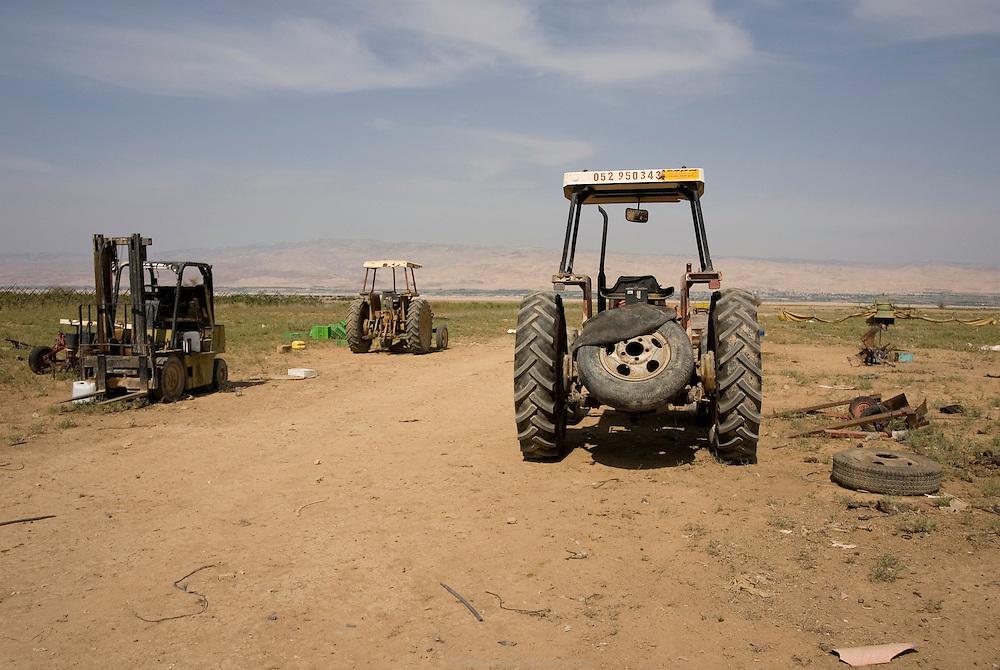 L'une des nombreux champs abandonnés à cause du manque d'eau à Auja. La source d'Auja a été dramatiquement asséchée, conséquence de l'implantation des puits de Mekorot, la compagnie israélienne des eaux, et plus récemment, du changement climatique. Les cultures des fermiers palestiniens sont dévastées et les terres abandonnées. Auja, Territoires Palestiniens Occupés / West Bank, mai 2011