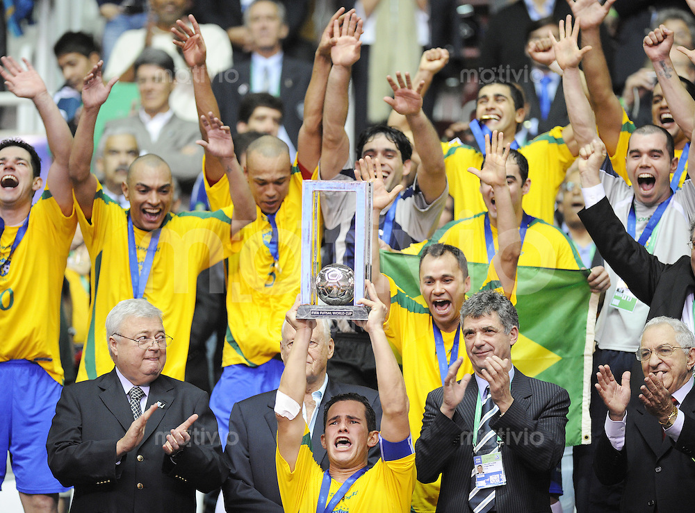 Fussball  International  FIFA  FUTSAL WM 2008   19.10.2008 Finale Brasilien - Spanien Brazil -  Spain Die brasilianischen Spieler feiern mit dem WM Pokal