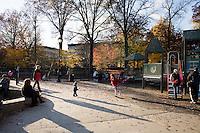 """9 Novembre, 2008. Brooklyn, New York.<br /> <br /> Dei bambini giocano nel parco giochi di Prospect Park a Park Park Slope, Brooklyn, NY. Park Slope, spesso definito dai newyorkesi come """"The Slope"""", è un quartiere nella zona ovest di Brooklyn, New York, e confinante con Prospect Park.  Park Slope è un quartiere benestante che ha il maggior numero di nascite, la qualità della vita più alta e principalmente abitato da una classe media di razza bianca. Per questi motivi molte giovani coppie e famiglie decidono di trasferirsi dalle altre municipalità di New York a Park Slope. Dal punto di vista architettonico, il quartiere è caratterizzato dai brownstones, un tipo di costruzione molto frequente a New York, e da Prospect Park.<br /> <br /> ©2008 Gianni Cipriano for The New York Times<br /> cell. +1 646 465 2168 (USA)<br /> cell. +1 328 567 7923 (Italy)<br /> gianni@giannicipriano.com<br /> www.giannicipriano.com"""