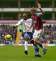Fotball<br /> Premier League 2004/2005<br /> 06.11.2004<br /> Foto: SBI/Digitalsport<br /> NORWAY ONLY<br /> <br /> Aston Villa v Portsmouth<br /> <br /> Portsmouth's Yakubu Aiyebeni (L) battles for the ball with David Unsworth