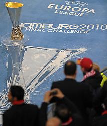 """12.05.2010, Hamburg Arena, Hamburg, GER, UEFA Europa League Finale, Atletico Madrid vs Fulham FC im Bild Feature, der Pokal steht auf dem Teppich mit Aufschrift """"Hamburg 2010"""".Foto © nph / Witke / SPORTIDA PHOTO AGENCY"""