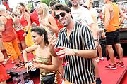 De jaarlijkse Canal Parade is onderdeel van de Amsterdam Gay Pride. Tijdens dit evenement vieren lesbiennes, homos, biseksuelen en transgenders (LHBT) dat ze mogen zijn wie ze zijn en mogen houden van wie ze willen. <br /> <br /> The annual Canal Parade is part of the Amsterdam Gay Pride. During this event lesbians, homosexuals, bisexuals and transgenders (LGBT) celebrate that they can be who they are and are allowed to love who they want.<br /> <br /> Op de foto / On the photo:  Dilan Yurdakul en Joey Ferre