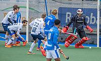 UTRECHT -  Drukte voor het Kampong goal, rechts David Harte (k) (Kampong) tijdens de hoofdklasse hockey wedstrijd mannen, Kampong-Pinoke (1-0) COPYRIGHT KOEN SUYK