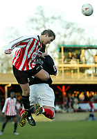 Fotball<br /> England 2004<br /> 13.11.2004<br /> Foto: SBI/Digitalsport<br /> NORWAY ONLY<br /> <br /> Hayes v Wrexham <br /> FA Cup Round One<br /> <br /> Hayes's Keith Warner gets high to beat Wrexham's Simon Spender to the ball