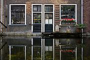 Reflection of houses in a canal in Delft. | Weerspiegeling van huizen in een gracht in Delft.