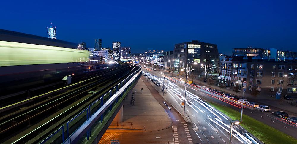 Nederland, Rotterdam, 28 nov 2011.Verkeer in de stad. Bovengrondse metro en verkeer op de straat..Foto(c): Michiel Wijnbergh