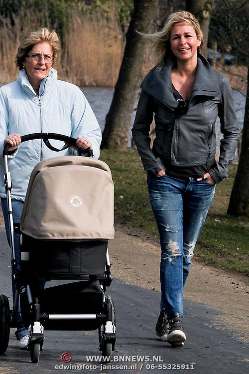 NLD/Nigtevecht/20100318 - Wendy van Dijk en haar moeder wandelen op de dijk met baby Lizzy in de kinderwagen