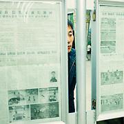 Dans les lieux publiques sont affichés les journaux, le papier étant une ressource rare, comme toujours. Il n'y a pas qu'un journal mais plusieurs, certains traitent du sport, d'autres des arts, les derniers de la politique internationale (!).