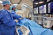 Nederland, Nijmegen, 23-3-2012Tijdens een operatie, kijkoperatie, aan de bijnier wordt eerst een buisje bloed afgenomen om te laten analyseren in het lab.Foto: Flip Franssen