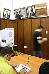 Um eleitor solicitou que foss tapado o quadro de Yeda Crusius na galeria de ex-diretores da faculdade de Economia da Universidade Federal do Rio Grande do Sul-UFRGS. Segundo a pesquisa do Ibope divugada ontem,Yeda tem 49% das intenções de votos totais (55% dos válidos) contra 40% de Olívio (45% dos válidos). FOTO: Jefferson Bernardes/Preview.com