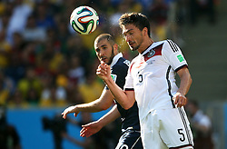04.07.2014, Maracana, Rio de Janeiro, BRA, FIFA WM, Frankreich vs Deutschland, Viertelfinale, im Bild Mats Hummels from Germany fights for the ball against Karim Benzema from France // during quarterfinals between France and Germany of the FIFA Worldcup Brazil 2014 at the Maracana in Rio de Janeiro, Brazil on 2014/07/04. EXPA Pictures © 2014, PhotoCredit: EXPA/ Eibner-Pressefoto/ Cezaro<br /> <br /> *****ATTENTION - OUT of GER*****