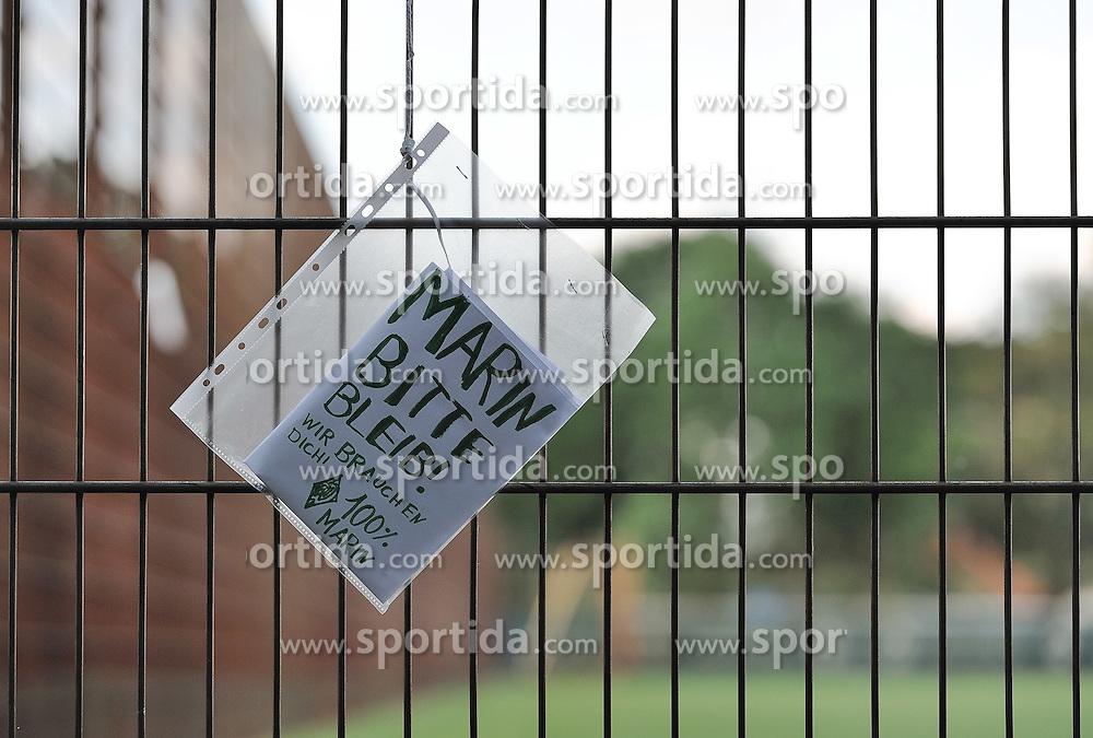 """14.05.2011, Trainingsgelaende Werder Bremen, Bremen, GER, 1.FBL, Werder Bremen, im Bild Fans haben am Zaun um den Trainingsplatz Zettel aufgehaengt mit der Aufschrift """"Marin bitte bleib! Wir brauchen Dich! 100% Marin""""   EXPA Pictures © 2011, PhotoCredit: EXPA/ nph/  Frisch       ****** out of GER / SWE / CRO  / BEL ******"""
