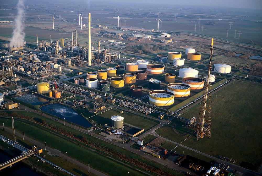 Nederland, Zeeland, Zuid-Beveland, Borssele, 15/11/2001; industrieterrein met met petrochemische industrie (olieraffinaderij); schoorsteen rechts: fakkel (of flame) voor verbranden (affakkelen) overtollig gas.milieu indstrielandschap procestechniek olietanks<br /> luchtfoto (toeslag), aerial photo (additional fee)<br /> photo/foto Siebe Swart