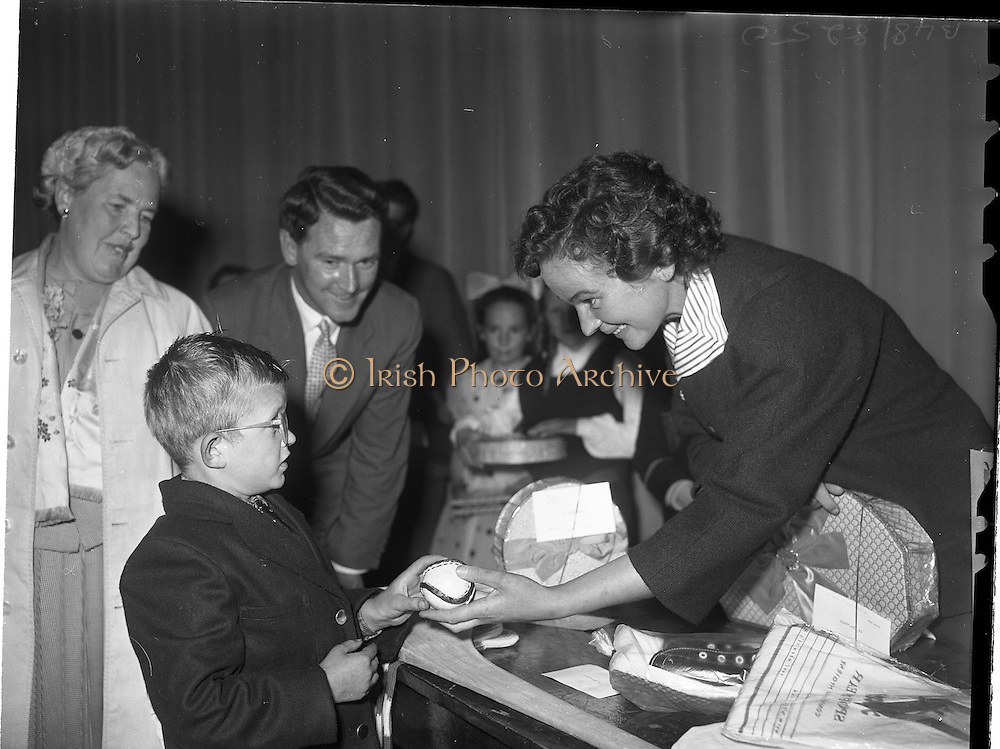 22/05/1959<br /> 05/22/1959<br /> 22 May 1959<br /> Gael Linn Singing Competition at the Dominican Convent, Dun Laoghaire. Maureen Cusack presenting Gael Linn Special Prize to Innsinn Hanmore. Also included is Diarmuid Ó Bhroin.