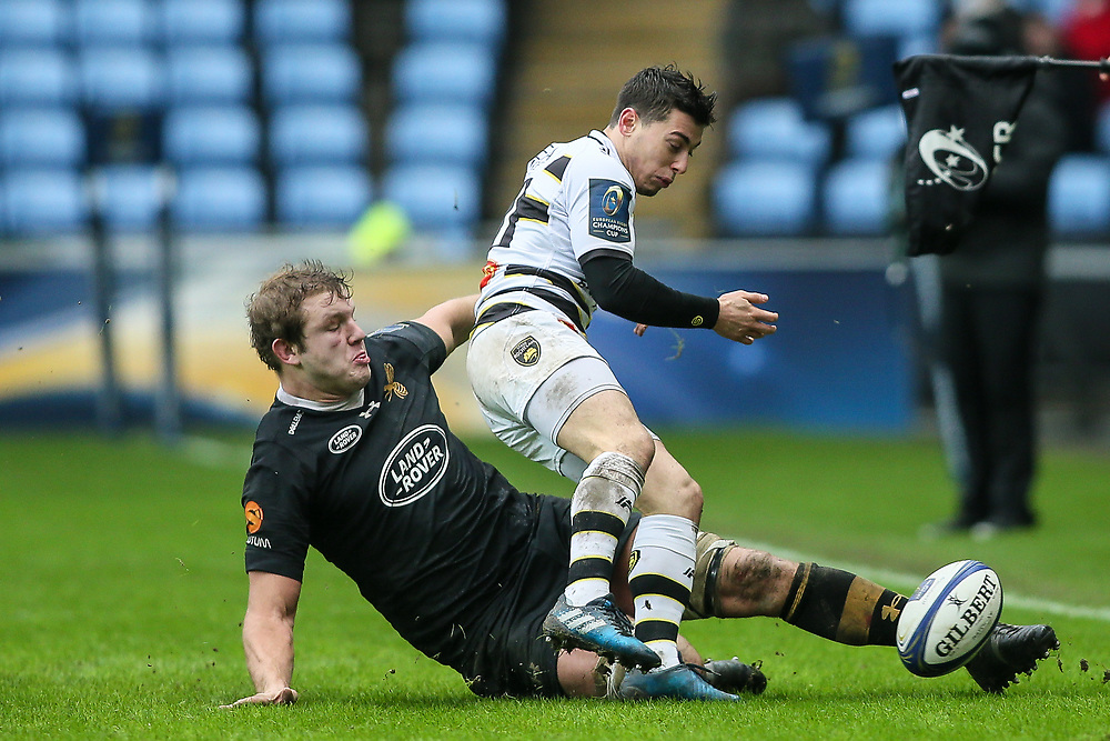 Wasps' Joe Launchbury beats La Rochelle's Jean Victor Goillot to the ball with his foot <br /> Photographer Andrew Kearns/CameraSport<br /> <br /> European Rugby Champions Cup Pool 1 - Wasps v La Rochelle - Sunday 17 December 2017 - Ricoh Arena - Coventry<br /> <br /> World Copyright © 2017 CameraSport. All rights reserved. 43 Linden Ave. Countesthorpe. Leicester. England. LE8 5PG - Tel: +44 (0) 116 277 4147 - admin@camerasport.com - www.camerasport.com