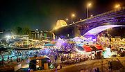 Nederland, The Netherlands, Nijmegen 19-7-2016 Recreatie, ontspanning, cultuur, dans, theater en muziek in de binnenstad. Cultuurfestival de Kaaij, kaai is een van de tientallen feestlocaties in de stad. Onlosmakelijk met de vierdaagse, 4daagse, zijn in Nijmegen de vierdaagse feesten, de zomerfeesten. Talrijke podia staat een keur aan artiesten, voor elk wat wils. Een week lang elke avond komen ruim honderdduizend bezoekers naar de stad. De politie heeft inmiddels grote ervaring met het spreiden van de mensen, het zgn. crowd control. De vierdaagsefeesten zijn het grootste evenement van Nederland en verbonden met de wandelvierdaagse. Foto: Flip Franssen