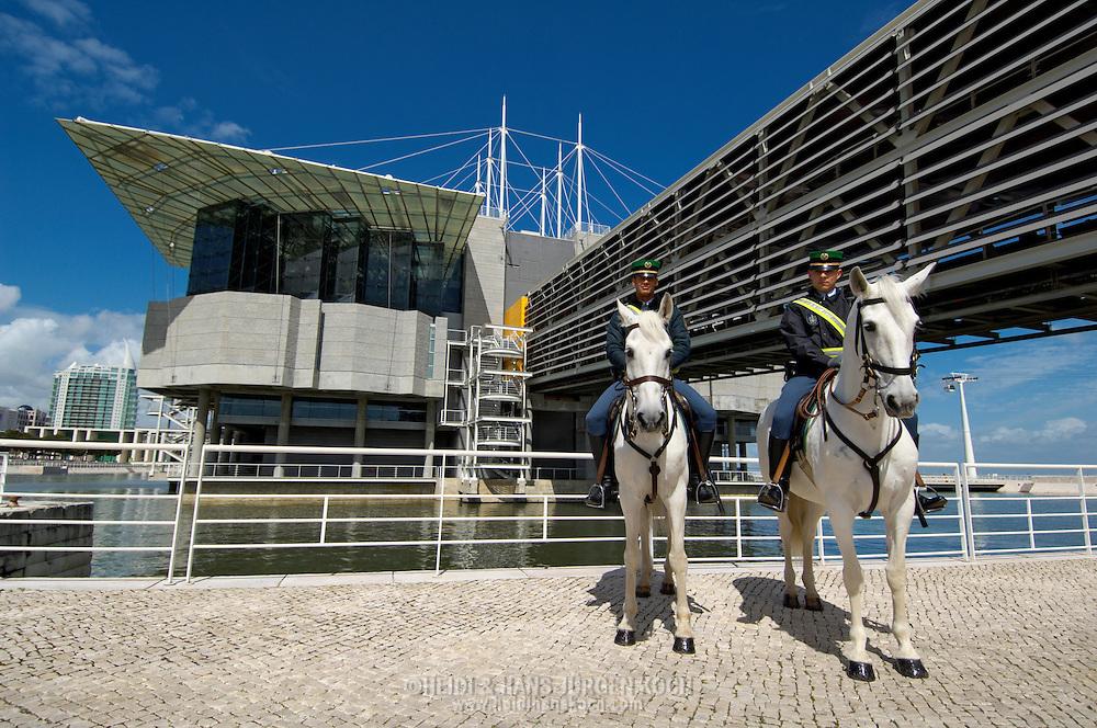 PRT, Portugal: Oceanario de Lisboa, das zweitgroesste seiner Art weltweit, berittene Polizei vor dem Aquarium, Lissabon, Lissabon | PRT, Portugal: Oceanario de Lisboa, the second largest world wide, mounted police in front of the Aquarium, Lisbon, Lisbon |
