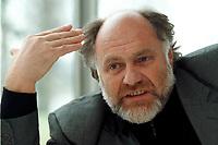 21 JAN 1999, GERMANY/BONN:<br /> Rezzo Schlauch, MdB, Fraktionsvorsitzender B90/Grüne, gibt ein Interview im Restaurant des Deutschen Bundestages, Bonn<br /> Rezzo Schlauch, Chairman of the Green Parliamentary Group, during an interview<br /> IMAGE: 19990121-03/01-08