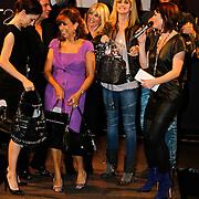 NLD/Amsterdam/20101013 -Tassenveiling Jurgen Hoskens voor Bagsac en Sandra Reemer Foundation, Kim Holland, Daphne Deckers, Thijs Willekes, Pia Douwes, Sandre Reemer, Kim Lian van der Meij