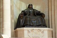Mongolie, Oulan Bator, Place Sukhbaatar, statue de Genghis Khan devant le parlement // Mongolia, Ulan Bator, Sukhbaatar square, Genghis Khan statue at the parlement