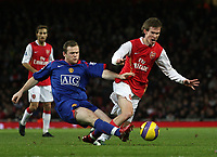Photo: Paul Thomas.<br /> Arsenal v Manchester United. The Barclays Premiership. 21/01/2007.<br /> <br /> Wayne Rooney (L) of Man Utd tackles Alexander Hleb.