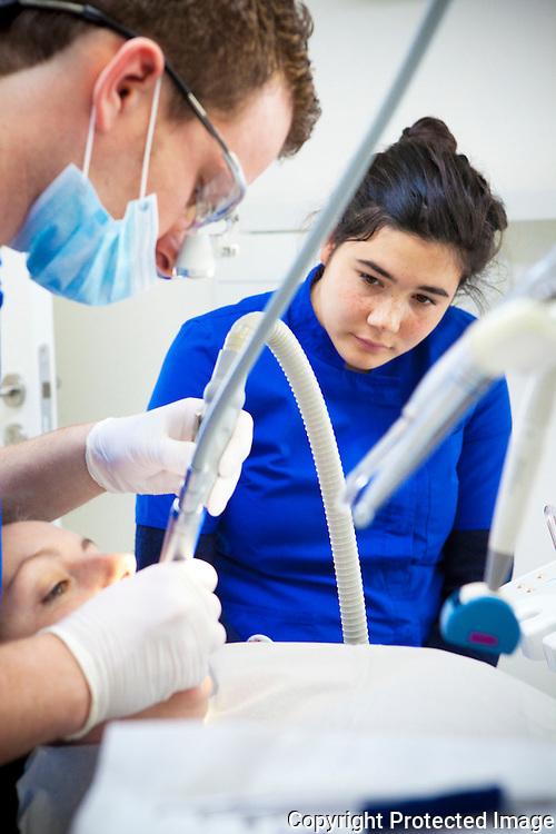 367357-Aili Maruyama is voor 1 dag tandartsassistente bij Benidenti Berlaar naar aanleiding van Zuiddag-Dokter Van Der Borghtstraat 2 Berlaar
