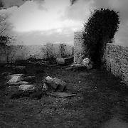 Erice a 750 metri sul monte omonimo, offre una vista spettacolare sulla città di Trapani e le Isole Egadi a nord ovest della costa siciliana   ..Erice is located on top of Mount Erice, at around 750m above sea level, overlooking the city of Trapani and the Aegadian Islands on Sicily's north-western coast, providing spectacular views..The courtyard of the Castle of Venus in Erice