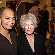 NLD/Amsterdam/20061001 - Uitreiking Blijvend Applaus prijs 2006, Adele Bloemendaal en zoon John Jones